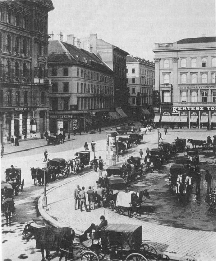 Gizella tér 1890 A tér neve így változott az idők során: 1812-től Theátrom piatcza, 1830-as évektől Harmincad tér (Dreysigstplatz) , 1833-tól Játékszín tér, 1840-es évektől Séta tér (Spazierenplatz), 1846-tól Német Színház tér (Deutsche Theaterplatz) , 1850-től Színház tér (Theaterplatz), 1866-tól Régi Színház tér (Alte Theaterplatz), 1874-től Gizella tér, 1918-ban a Károlyi Mihály tér , 1920-tól ismét Gizella tér, 1926-óta Vörösmarty tér. Forrás: Ilyen is volt Budapest