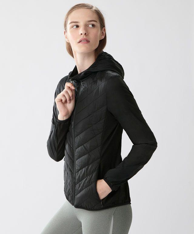 Jacke mit Stanzmuster, 49.99€ - Wasserabweisender Stoff, gestepptes Körperteil und Reißverschlusstaschen. - Modetrends des Frühjahr/Sommer 2017 für Damen bei Oysho Online.