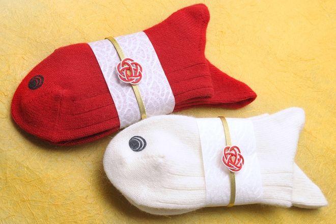 赤と白の2足セットで、オメデタイ紅白に。水引もついているので、贈り物にも好適
