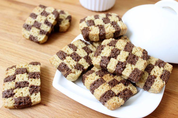 I biscotti a scacchi sono dei semplici biscotti di pasta frolla realizzati senza uova e senza lattosio. Usiamo la frolla classica e la frolla al cacao...