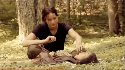 "GIF That time Katniss fed Rue a grape. | 24 Times The Cast Of ""The Hunger Games"" Broke Character"