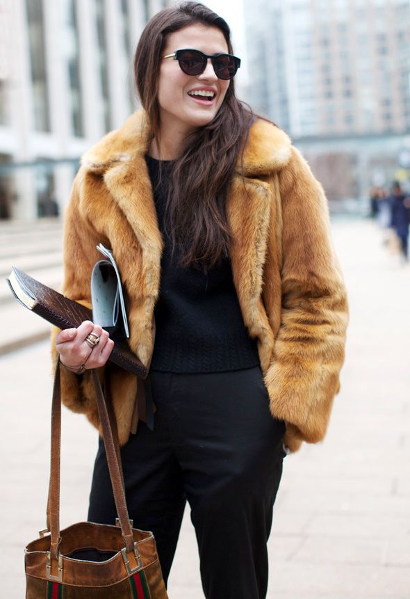 Total look noir + fourrure vintage courte = le bon mix (photo The Sartorialist)
