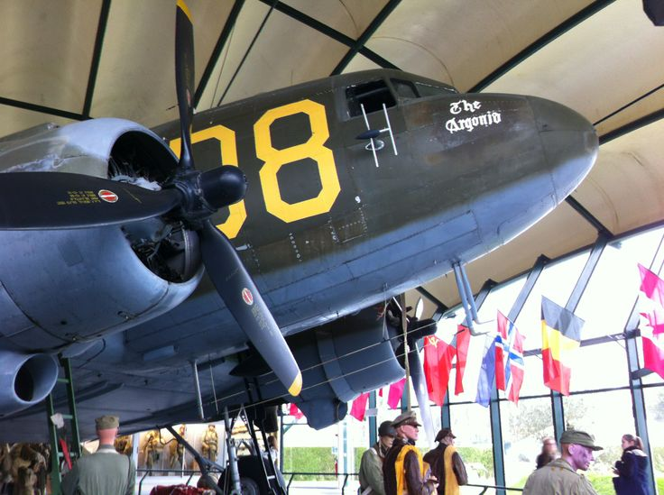 Avion de la 2ème Guerre Mondiale. C'est de cet avion que sautait les parachutiste au dessus de St Mere L'Église A.M