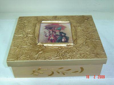 MATERIAL : Caixa de madeira 3 pedaços de jornal do tamanho da tampa da caixa Cola cascorez Rótulo Azul Tesoura Tinta branca / Tinta capuccino ou de sua preferência / Tinta metálica ouro Pátina glaz…