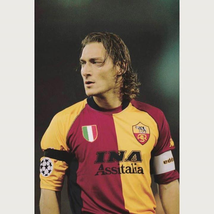 Lealtad y Liderazgo Sinonimo de Francesco Totti la definición de Il Gladiatore: -746 partidos -300 goles -187 asistencias -Un solo club Felices 39!