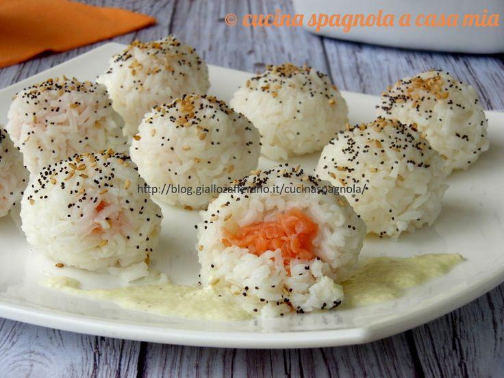 Palline di riso ripiene di salmone: un finger food che potrai servire come primo piatto o come stuzzichini. Delziose, delicate e bellissime. La ricetta qui.