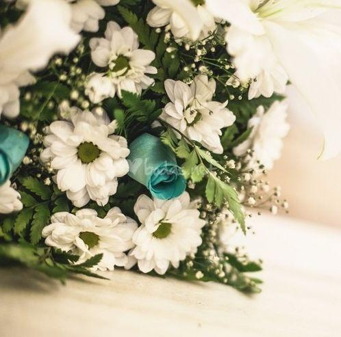 17 best images about ramos y bouquets de novia con rosas - Decoracion de jarrones con flores artificiales ...