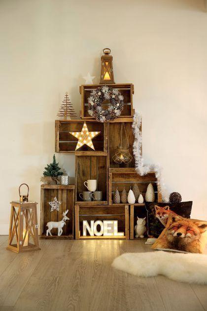"""Des caisses en bois à empiler pour fabriquer un """"faux"""" sapin pour Noël ! C'est super pratique car on peut facilement y placer des objets déco comme des étoiles et des lettres lumineuses, des lanternes, des couronnes,..."""