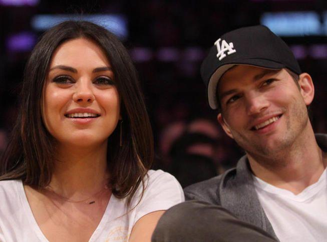 Ça y'est, il s'est enfin jeté à l'eau. Ashton Kutcher a demandé la main de Mila Kunis. Le couple est officiellement fiancé et Mila arbore désormais une superbe bague.  On se doutait bien que ça allait finir par arriver ! Mila Kunis et Ashton Kutcher se sont (enfin) fiancés ! Selon les informations d'E Online, après plus de deux ans d'amour, les deux tourtereaux ont décidé de franchir le pas.  www.tendanceus.fr