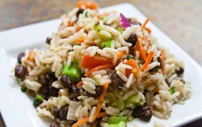 Insalata di riso: trucchi per farla al meglio - I trucchi e i consigli per preparare delle insalate di riso a regola d'arte, gustose e carine da vedere, perfette per il pranzo in spiaggia ma anche per cene raffinate.