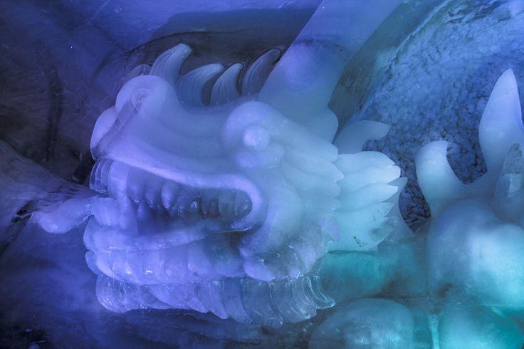 Eisdrache, Glücksdrache, aus Gletschereis. Kopf ca. 2m breit.  Eiskünstler Fredi Odermatt. #Eisskulpturen #Eisfiguren #Mittelallalin #Eispavillon #Saas-Fee #icesculptures  www.eisskulpturen.ch