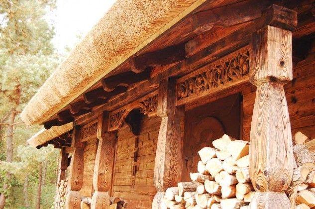 Rzeźbione zdobienia domu drewnianego