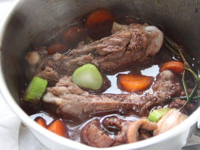 POLENTA MORBIDA CON POLLO E ASPARAGI 4/5 - Preparate la salsa: in una larga pentola fate rosolare a fuoco forte gli ossi con 2 cucchiai di olio, unite le verdure divise a pezzetti, bagnate con il vino e fatelo evaporare, coprite a filo con l'acqua, fate cuocere per almeno 30 minuti e filtrate. Ponete di nuovo sul fuoco e fate ridurre la salsa.
