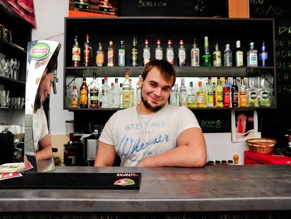 W Maniacku wypijesz serwowany tylko tam drink z wina i wyciągu z orzeszków koli, w Viniferze spróbujesz kilkunastu gatunków rumu, a w Playground Cafe spędzisz