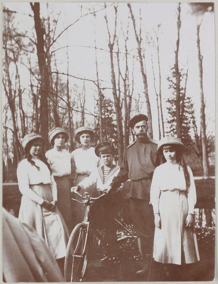 Imperador Nicholas II e seus filhos no parque em Tsarskoe Selo, em 1910. Da esquerda para a direita: Grã-duquesa Marie, Grã-duquesa Olga, Grã-duquesa Tatiana, Czarevich Alexis em sua bicicleta, Imperador Nicholas II e Grã-duquesa Anastasia.