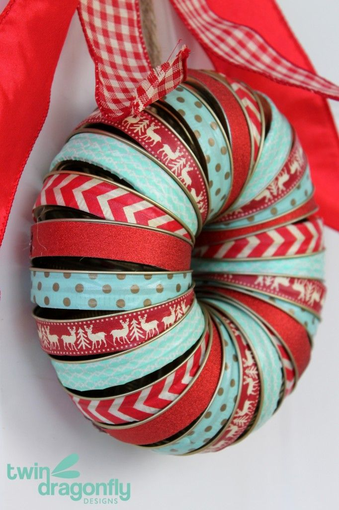 I love the teal / mint and red color combination on this Holiday Mason Jar Lid Washi Tape Wreath - what a great festive Christmas craft! KristenDuke.com