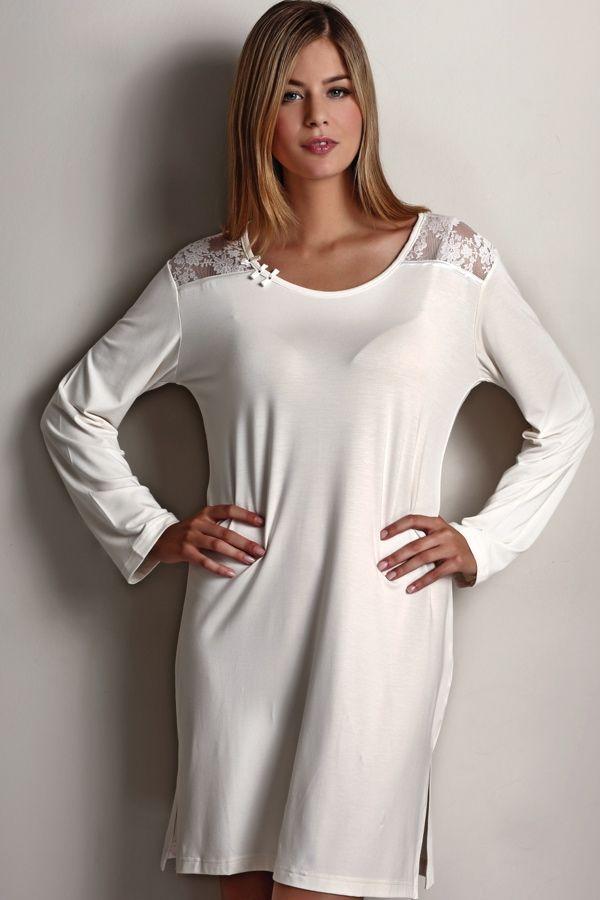 Dámská noční košilka ANNA s jemným krajkovým zdobením na ramenou.