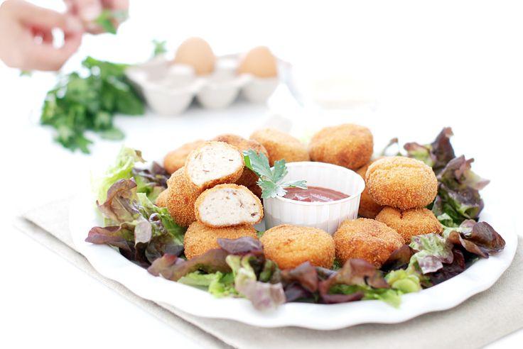 Receta de Nuggets de pollo y queso con Thermomix ®. Masa triturada de carne y queso, rebozada y frita en aceite de oliva. Deliciosa para niños y mayores.