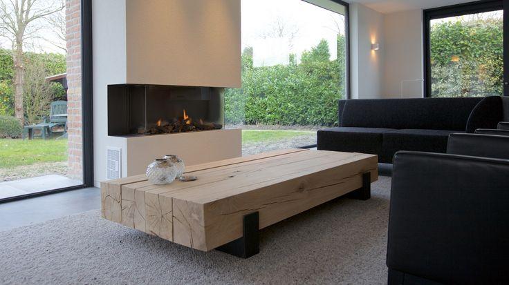 Maatwerk salontafel. Deze is gemaakt van 4 geschaafde eiken balken ± 200x200mm op 2 matzwart stalen sleden met kopplaat. Het hout afgewerkt met Skylt.