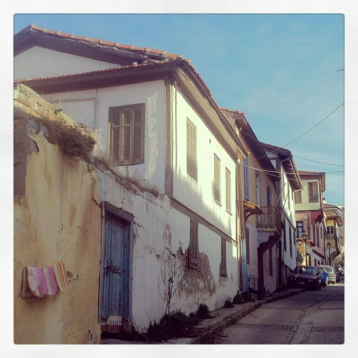 Beautiful but neglected houses on Sachtouri Str. (Walking Thessaloniki / Route 10, Ano Poli b)