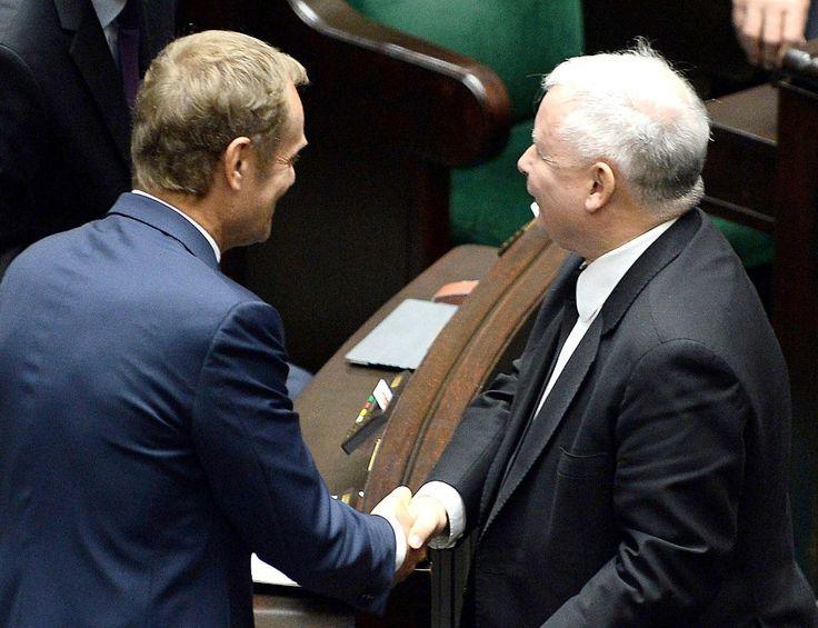 WARSZAWA, POLSKA. Takie widoki w polskiej polityce to nie jest chleb powszedni! Panowie poczuli nagły przypływ serdecznych uczuć – czyżby miało to związek z tym, że niedługo później się pożegnali?