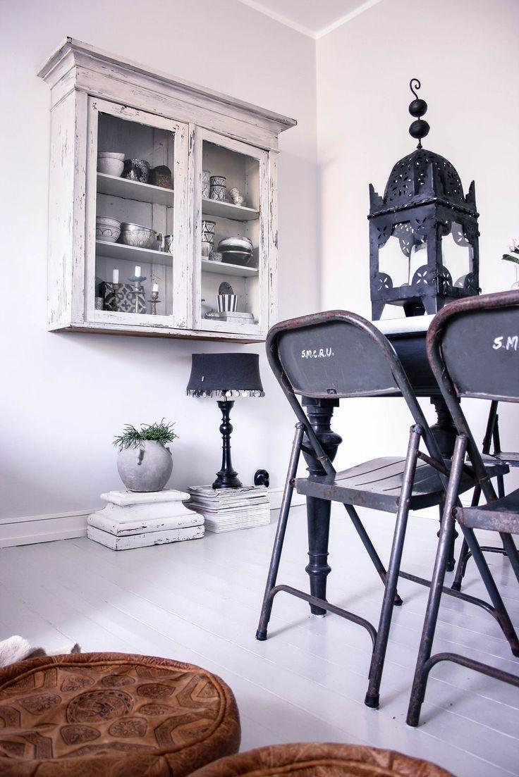 Matrumshörna  Blogg: www.usoinredare.blogg.se  Instagram: @usoinredare   Livingroom , inspiration , vitt , grått , svart , matbord , matrum , white , Grey , black , tolix , plåtstolar , tinek , Day home , skåp , vitrinskåp , interiör , interior , sidobord , brickbord , lampa , orientaliskt , bohemiskt , marockanskt , indiska , shabby chic , chabby , lantligt