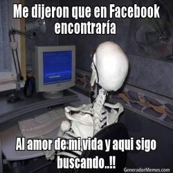 Me dijeron que en Facebook encontrar�a  Al amor de mi vida y aqui sigo buscando..!!  - Esqueleto esperando meme