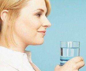 Как очистить организм за один день? http://ukrainianwall.com/health/kak-ochistit-organizm-za-odin-den/  Когда, как не весной, заняться очищением своего организма? Начинайте с малого – устраивайте себе один день детоксикации в неделю. 1. В течение всего дня пейте очищенную или талую воду. Можете