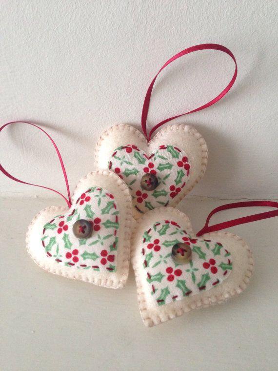 Conjunto de tres en forma de corazón fieltro adornos navideños, con holly impresión appliqué, hecho a mano por encargo.