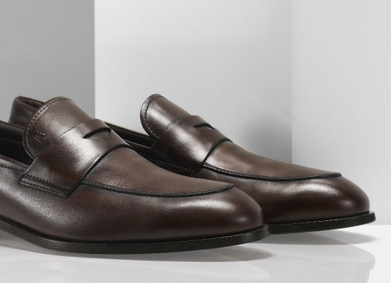 Tod's classic #loafer in antiqued calf leather.