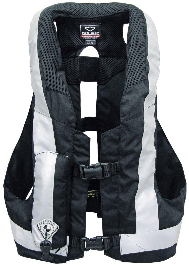 Acest model foarte practic si usor de vesta moto cu airbag, poate fi imbracat ca atare sau peste orice alta geaca moto conventionala.  Echipament moto de protectie realizat din materiale de inalta calitate, Nylon 600D si o suprafata mare de reflexie pe timp de noapte.