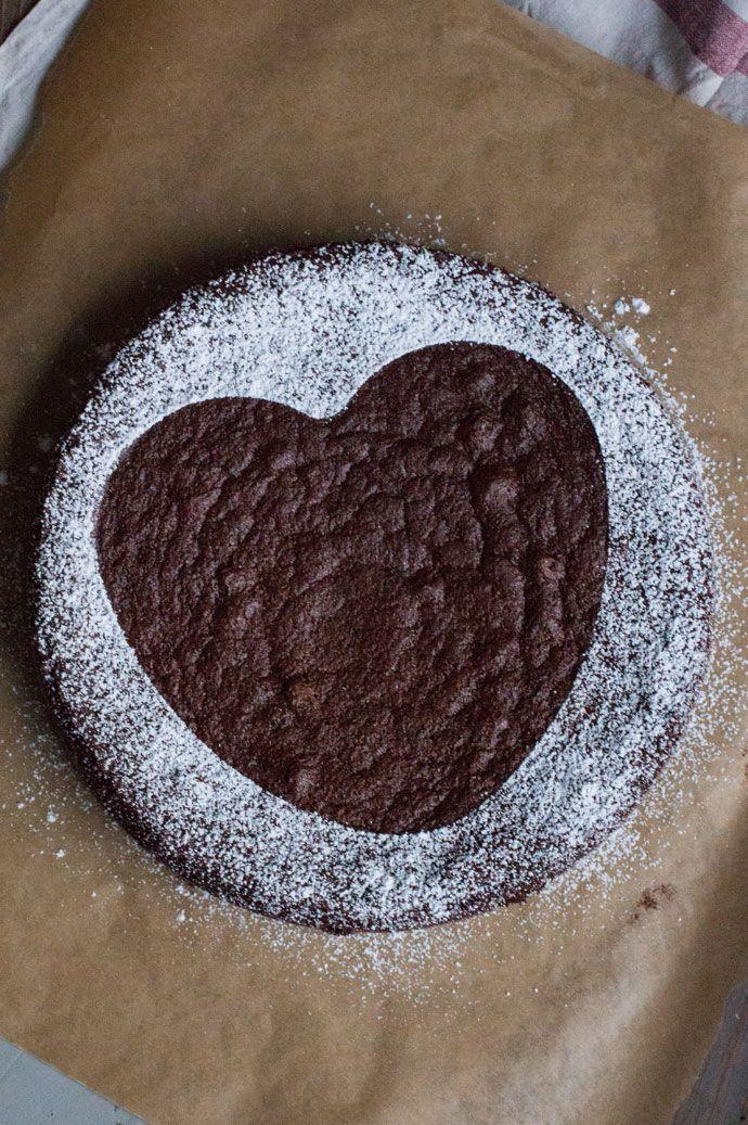 Deze glutenvrije chocoladecake heb ik afgelopen kerst gebakken en viel destijds goed in de smaak. Voor mij een reden om deze overheerlijke cake nog een keer te maken en ditmaal ook vast te leggen voor de blog. Het mooiste van deze cake is eigenlijk wel dat hij heel erg geschikt is voor mensen met specifieke …