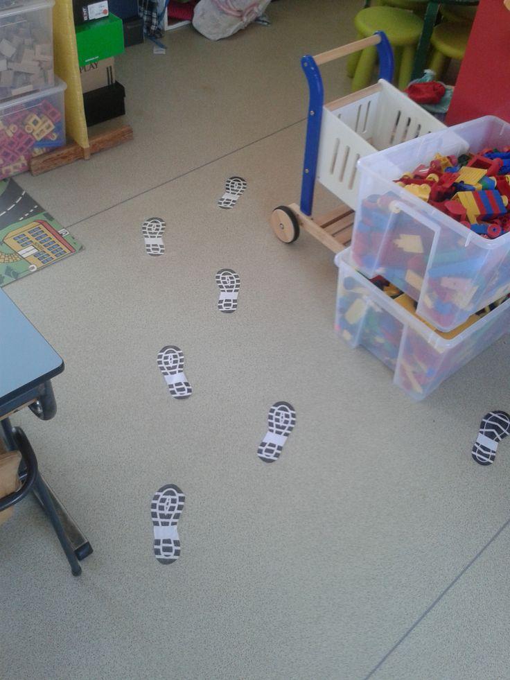 Voetstappen op de grond (rode draad: kijk, wie is er in onze klas geweest?)