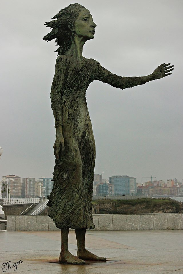 La madre del emigrante en Gijon, Asturias // Statue dedicated to the mother of the emigrants, Gijón, Asturias