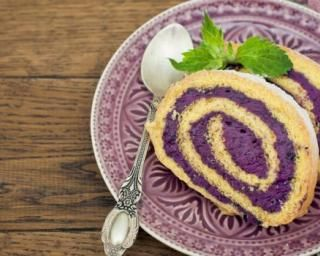Gâteau roulé mousse légère aux myrtilles : http://www.fourchette-et-bikini.fr/recettes/recettes-minceur/gateau-roule-mousse-legere-aux-myrtilles.html
