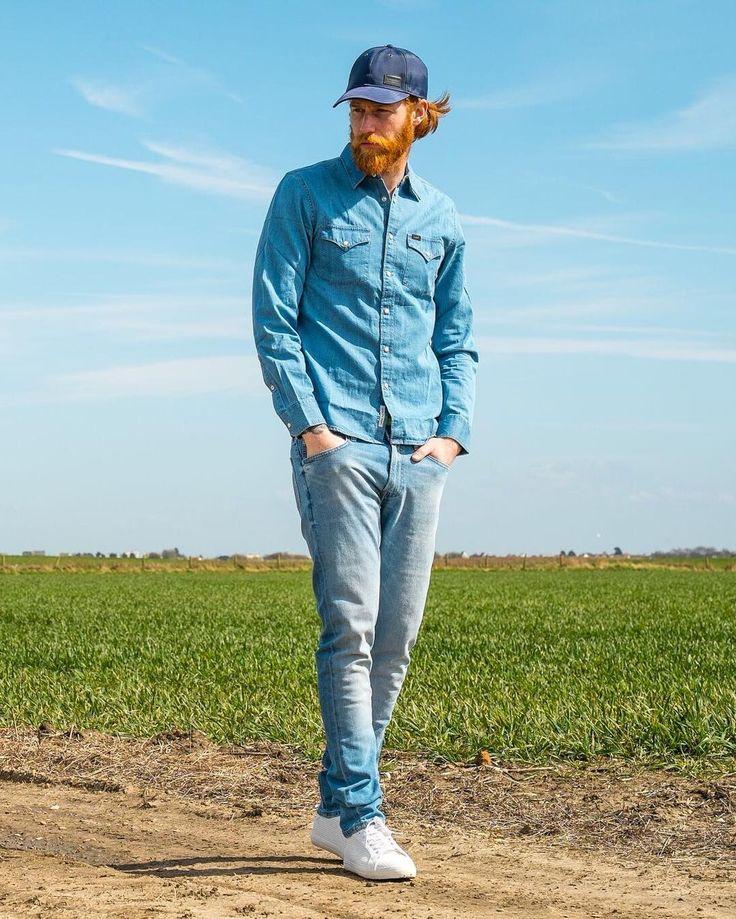 Ок рубашка, можно попробовать темно синие джинсы, с светлыми подворотами и белами тапками, чтобы эту темногу ног поразбавить