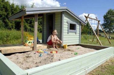 Nillalla on reilut tilat hiekkalaatikkoleikkeihin.
