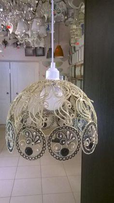Подвесной светильник абажур ручной работы состоит из джутовой нити разных цветов,темно-синих камней и белых жемчужин. Стильный светильник ...
