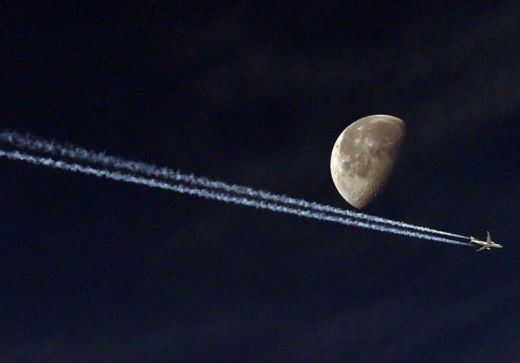 Un avión de pasajeros deja su estela en el cielo de la ciudad argelina de Argel, el 20 de mayo de 2014. | FAROUK BATICHE/AFP.