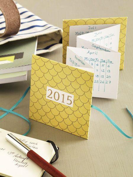Wie eine Art Faltkarte zaubert dieser Kalender alle Termine hervor. Das Tolle: Er passt auch prima in eine Handtasche.