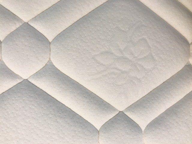Wie Zu Reinigen Ihre Matratze In 4 Einfachen Schritten In 2020 Matratze Reinigen Seife