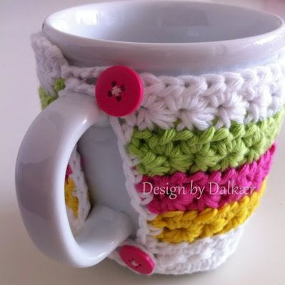 Dont know how to crochet but thought this was a super cute way to dress up a cheap coffee cup and use for a gift. Need to tell Aliesha about this! Design by Dalkær: Coffee cup cozy Free pattern (may need translator)