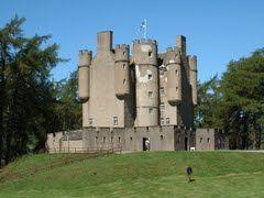 Braemar Castle in Aberdeenshire, Schotland    Mapio.net #kasteel #chateau #castillo #zamek