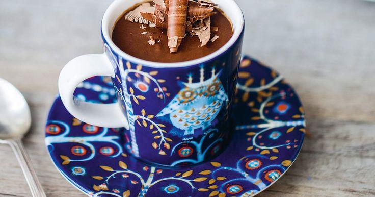 Helt ägg-, mjölk ochglutenfri!Den här intensivt chokladiga moussen med smak av mörk rom är allt annat än klassisk.Utan ägg- och mjölkprodukter står chokladsmakenhelt i fokus. Så använd en chokladdu tycker riktigt mycket om och med minst 60 % kakao så att moussen stelnar. /My