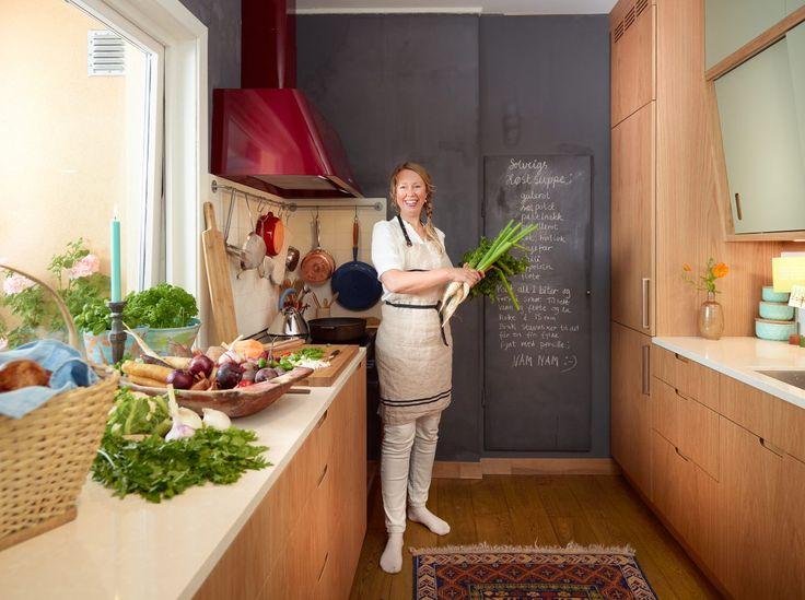 – Jeg har alltid irritert meg litt over at det ikke finnes nye kjøkkenmodeller som passer inn i leiligheter fra 50-tallet, sier Solveig Egeland fra Kvinesdal. Som tidligere bygningsantikvar har Solveig alltid hatt en forkjærlighet for det gamle, det ekte og autentiske. – Jeg har alltid drømt om å finne en liten leilighet hvor det …