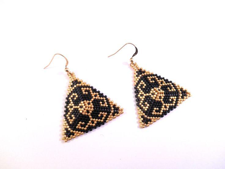 boucles d'oreilles en forme de triangle aux motifs arabesques / perle miuyki noir et doré / crochet en plaqué or / tissage peyote : Boucles d'oreille par lesperlesmagiques