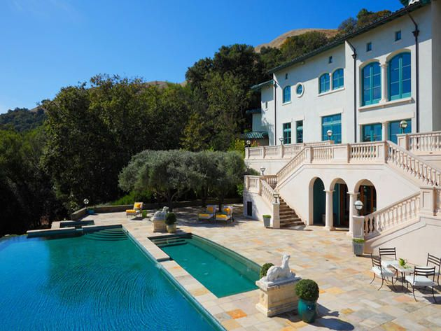 Robin Williams' Italian style villa sits very privately on 653 acres in California's Napa Valley.