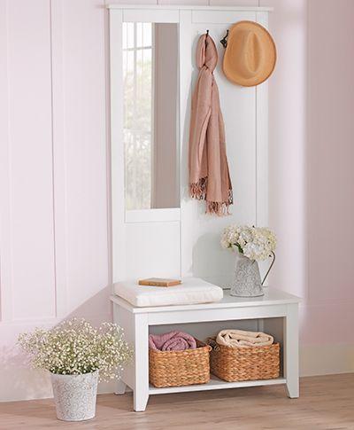 Tok&Stok Regional Romantique O espelho bem-vindo é perfeito para o hall: possui ganchos para bolsas ou chapéus, e banco.