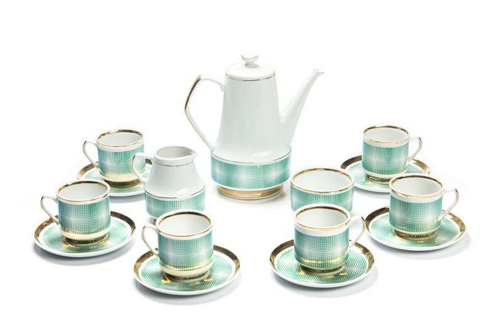 Serwis do herbaty (dla 6 osób) lata 70. XX w. Zakłady Porcelany i Porcelitu w Chodzieży porcelit szkliwiony, malowany, dzbanek (wys.: 22,5 cm, szer.: 21,5 cm), mlecznik (wys.: 11 cm, szer.: 11 cm), cukiernica (wys.: 6, śr.: 9,5 cm), 6 filiżanek (wys.: 7,5 cm, szer.: 10 cm), 6 spodków (śr.: 14,5 cm), dekoracja w typie op-art. na spodzie znak wytwórni: 'C | CHODZIEŻ | MADE IN POLAND | 4' Cena wywoławcza: 500 zł Estymacja: 600 - 1 000 zł