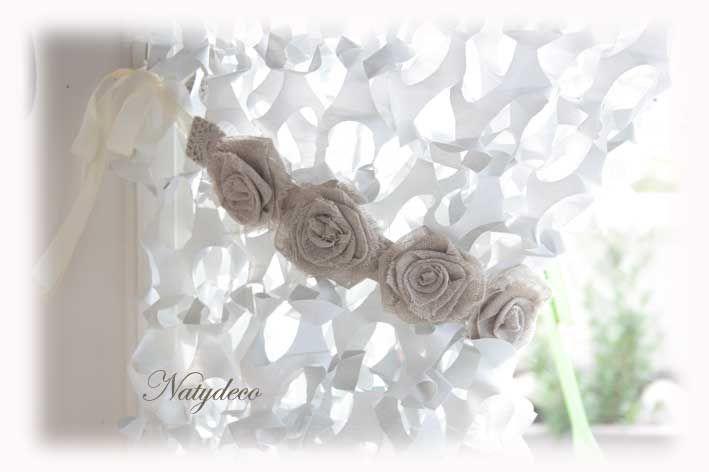 Rideau de camouflage blanc avec embrasse en fleurs taupe  en vente sur le site NATYDECO http://www.natydecocorse.com/